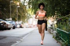 Pełny długość portret dysponowany kobieta biegacz Zdjęcie Stock