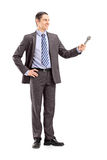 Pełny długość portret fachowy męski reporter trzyma a. M. Fotografia Royalty Free