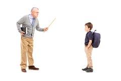 Pełny długość portret gniewny nauczyciel krzyczy przy uczniem zdjęcia stock