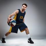 Pełny długość portret gracz koszykówki z piłką zdjęcia royalty free