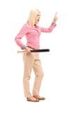 Pełny długość portret gwałtowna kobieta trzyma kij bejsbolowego Fotografia Royalty Free