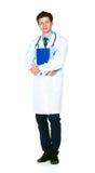 Pełny długość portret męska lekarka trzyma notepad na bielu Zdjęcia Royalty Free