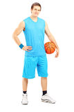 Pełny długość portret męski gracz koszykówki trzyma piłkę Obraz Stock