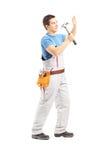 Pełny długość portret męski ręczny pracownik pracuje z młotem Zdjęcie Royalty Free