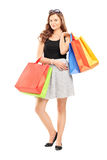 Pełny długość portret młoda kobieta pozuje z torba na zakupy Zdjęcia Royalty Free