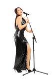 Pełny długość portret młoda kobieta w czerni sukni śpiewie Obrazy Stock