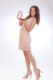 Pełny długość portret młoda kobieta w różowej sukni Zdjęcia Royalty Free