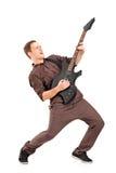 Pełny długość portret młody człowiek bawić się na gitarze elektrycznej obraz stock