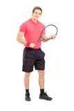 Pełny długość portret młody człowiek trzyma tenisowego kant Obrazy Royalty Free