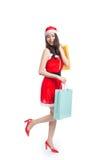 Pełny długość portret młody uśmiechnięty azjatykci kobiety mienia sklep Obrazy Stock