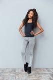 Pełny długość portret piękna afro amerykańska kobieta Zdjęcie Stock