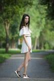 Pełny długość portret piękna młoda caucasian kobieta w biel sukni z otwartymi ramionami, mak, czystym skóry, długie włosy i przyp Zdjęcia Royalty Free