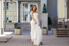 Pełny długość portret piękna wzorcowa kobieta z długim nogi wea obrazy royalty free