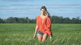 Pełny długość portret pięknej blondynki młoda romantyczna kobieta w czerwonym koszulowym odprowadzeniu wolno z seksownym spojrzen zdjęcie wideo