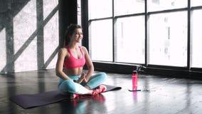 Pełny długość portret pracujący w luksusowym sprawności fizycznej centrum atrakcyjna młoda kobieta lub pilates out, robić joga ćw zbiory