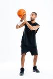 Pełny długość portret skoncentrowany afrykański mężczyzna bawić się koszykówkę zdjęcia stock