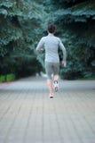 Pełny długość portret sprawności fizycznej kobiety bieg przy parkiem bac zdjęcia royalty free