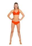 Pełny długość portret szczęśliwa młoda kobieta w swimsuit obrazy stock