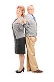Pełny długość portret szczęśliwy dorośleć pary daje aprobatom Zdjęcie Stock