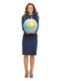 Pełny długość portret uśmiechnięta biznesowa kobieta pokazuje kulę ziemską Fotografia Stock
