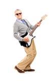 Pełny długość portret uśmiechnięty dorośleć mężczyzna bawić się gitarę Obrazy Stock
