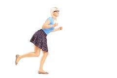 Pełny długość portret uśmiechnięty kobieta bieg fotografia stock