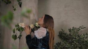 Pełny długość portret wspaniała młoda kobieta w eleganckiej staromodnej koronkowej ślubnej sukni z różami zdjęcie wideo
