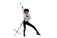 Pełny długość widok piękna młoda kobieta z mikrofonu śpiewem odizolowywającymi na bielu gestykulować i Fotografia Stock