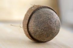 Pełny koks z nutshells na drewnianym bambo stole fotografia stock