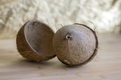 Pełny koks z nutshells na drewnianym bambusa stole zdjęcie royalty free
