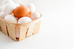Pełny kosz świezi jajka na białym tle zdjęcie royalty free