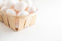 Pełny kosz świezi jajka na białym tle obraz royalty free