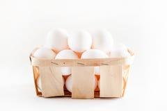 Pełny kosz świezi jajka na białym tle obrazy royalty free