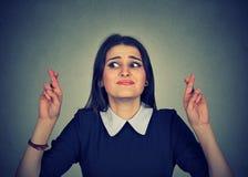 Pełny nadziei kobieta krzyżuje ona palców mieć_nadzieja Zdjęcie Royalty Free
