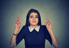 Pełny nadziei kobieta krzyżuje ona palców mieć_nadzieja Fotografia Stock