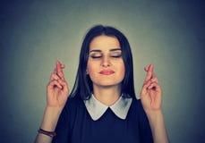 Pełny nadziei piękna kobieta krzyżuje ona palce, oczy zamykający Fotografia Stock