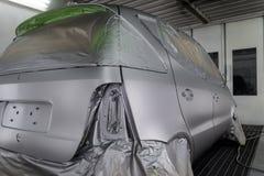 Pełny obraz srebny samochód w ciele hatchback, niektóre części z czego ochrania papierem od pluśnięć farba zdjęcie royalty free
