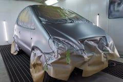 Pełny obraz srebny samochód w ciele hatchback, niektóre części z czego ochrania papierem od pluśnięć farba fotografia royalty free