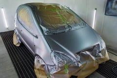 Pełny obraz srebny samochód w ciele hatchback, niektóre części z czego ochrania papierem od pluśnięć farba obrazy royalty free