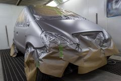 Pełny obraz srebny samochód z tyłu hatchback, niektóre p fotografia royalty free
