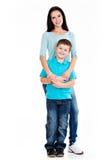 Pełny portret szczęśliwa potomstwo matka z synem zdjęcia stock