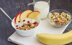 Pełny ranku śniadanie z owoc, zbożem i mlekiem, obraz stock