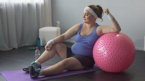 Pełny siła i dufność, gruba dziewczyna szczęśliwa z pomyślnym treningiem zdjęcie wideo