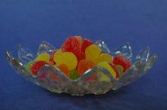 Pełny talerz gummie cukierku tła lateral błękitny widok Fotografia Stock