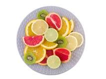 Pełny talerz tropikalne owoc pokrajać zakończenie na białym odosobnionym tle na widok zdjęcie royalty free