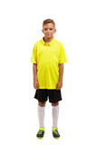 Pełny wzrost śliczna chłopiec w żółtej koszulce, czerń skrótach i białych kolanowych skarpetach odizolowywających na białym tle, obrazy stock