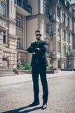 Pełnych rozmiarów portret srogi agent outdoors Patrzeje oszałamiająco zdjęcia royalty free