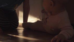 Pełzająca dziewczynka i wielki brat babysitting ona zdjęcie wideo