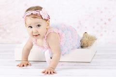 Pełzająca mała dziewczynka Zdjęcia Stock