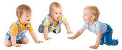 Pełzające dziecko chłopiec, Dziecięcy dzieciak grupy kraul na wszystkie fours, berbeci dzieci na bielu fotografia stock